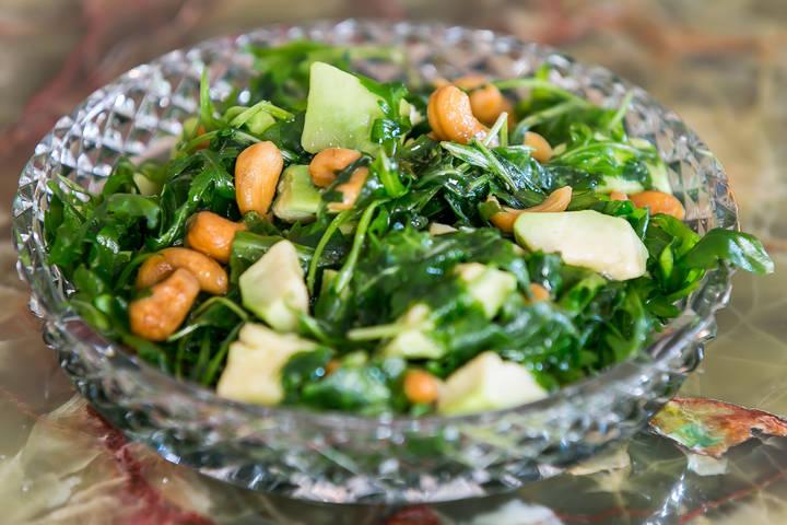 Avocado, ruccola & cashew salad