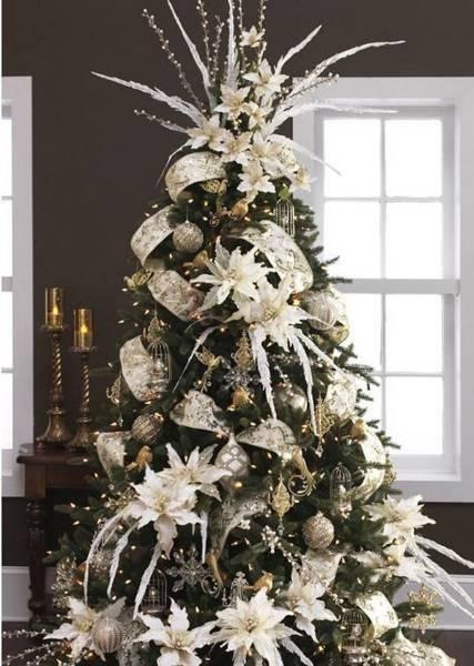 2-brad-superb-de-Craciun-decorat-cu-ornamente-si-flori-artificiale-albe